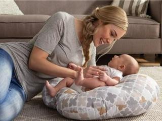 召回330万个Boppy婴儿躺枕存在窒息风险 已致8名婴儿死亡